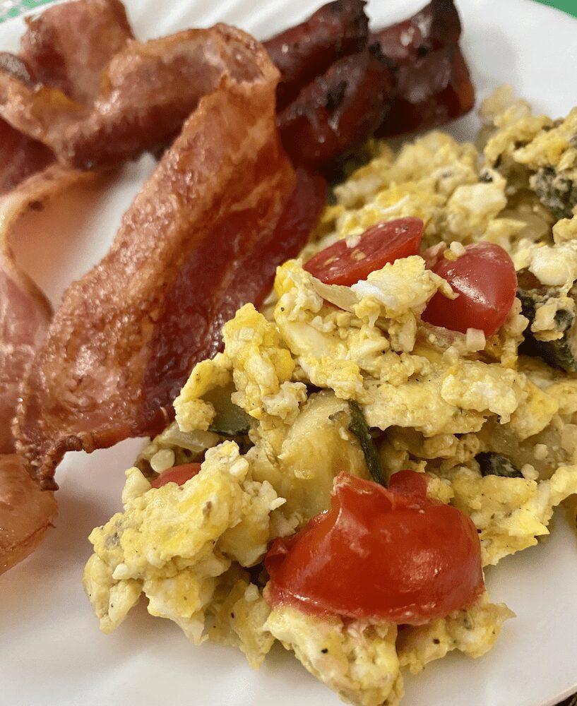 Good Scrambled Eggs with Linguica and Baconh Li